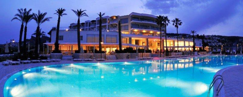 Hotel Baia Bodrum - Het hotel en zwembad bij avond